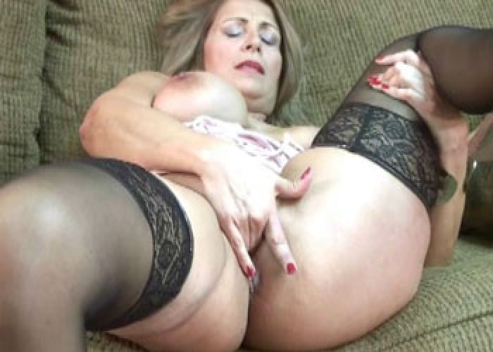 Mature slut Sandie plays with her pussy